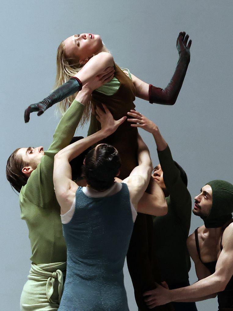 In I feel it too bewegen dertien dansers op teksten van Roziena Salihu en muziek van saxofonist Tim Wes. Beeld Hans Gerritsen