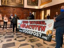 Voorpost zet stadhuis op stelten voor debat rond Offerfeest, terwijl omstreden terugbetaling al afgevoerd is