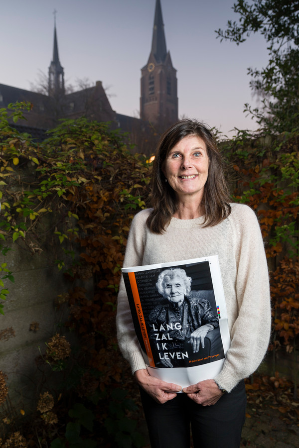Anki Leene, die 66 99-jarigen portretteerde in haar boek 'Lang zal ik leven'.