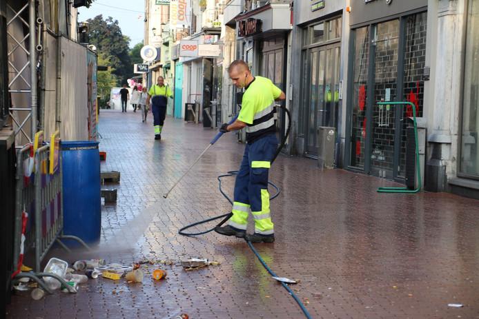 Dar-medewerker Patrick van den Eijnden zorgt voor schone straten tijdens de Vierdaagsefeesten.