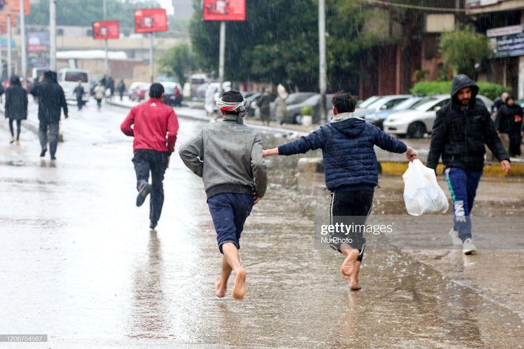 Een bui in Caïro: trek je schoenen uit en geniet ervan. Beeld NurPhoto via Getty Images