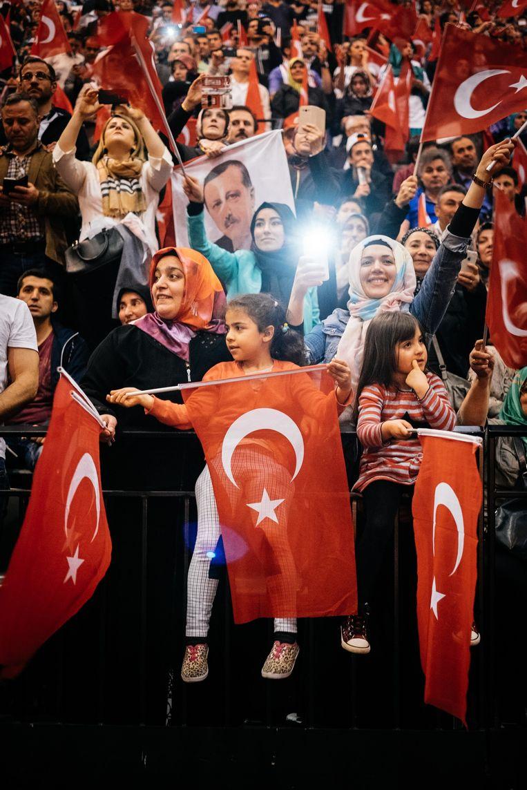 25.000 mensen met Turkse roots verzamelden onlangs nog in de Ethias Arena in Hasselt voor het bezoek van president Erdogan. Beeld Wouter Van Vooren