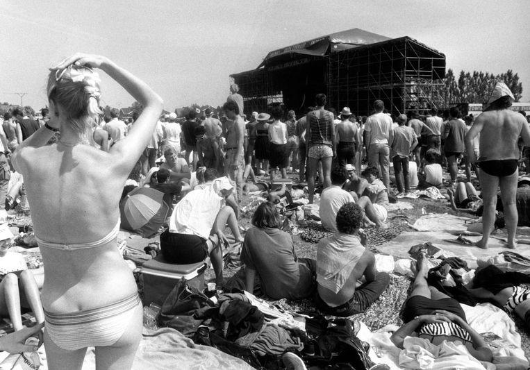 Festivalgangers kijken naar een optreden tijdens Torhout 1987. Beeld BELGAIMAGE