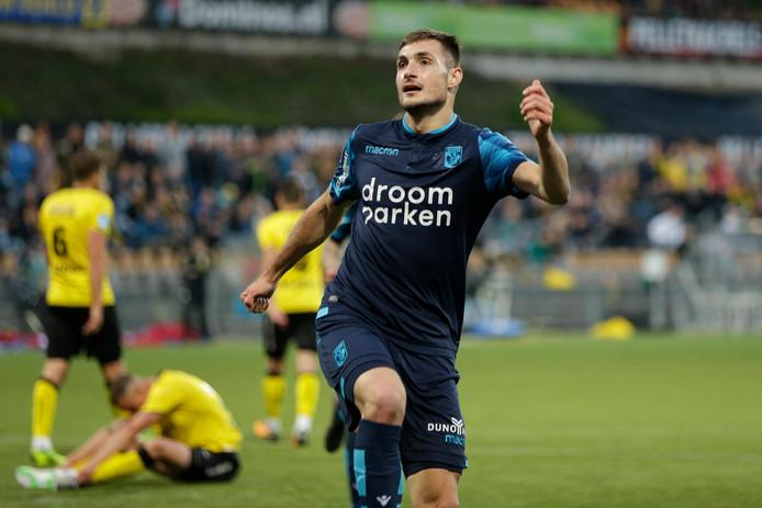 Matus Bero viert zijn treffer voor Vitesse tegen VVV-Venlo.