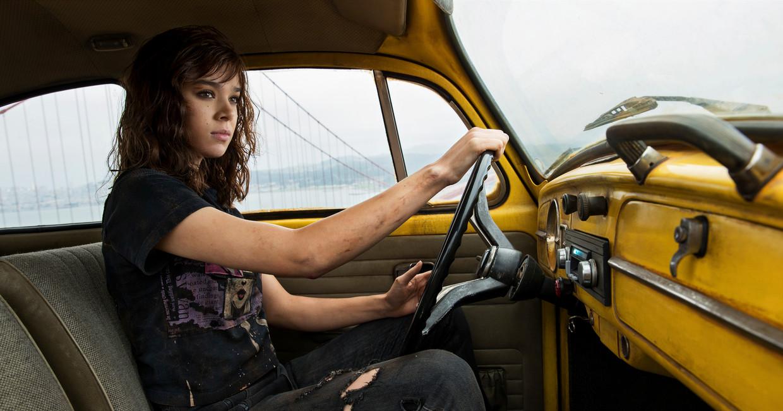 In de Transformers-spin-off 'Bumblebee' speelt actrice Hailee Steinfeld de soundtrack af met de cassettespeler van haar auto. Beeld AP