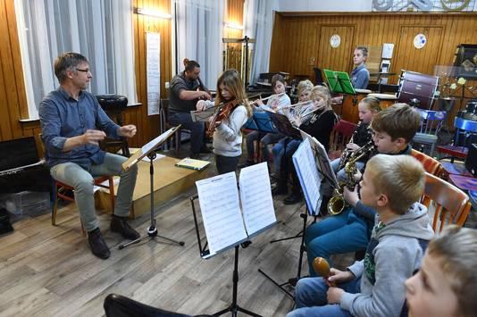 Leden van St. Anthonis repeteren onder leiding van dirigent Bart van den Goorbergh.