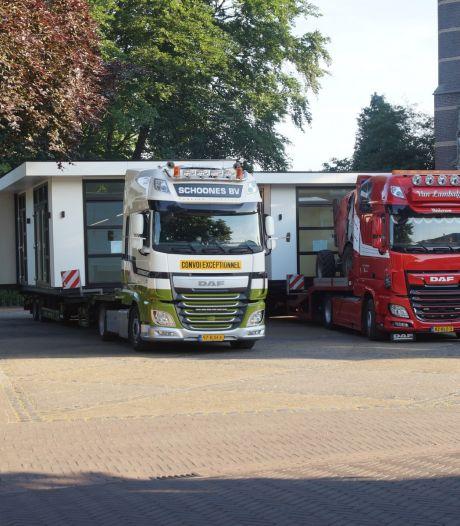 Vrachtwagens met woonunits rijden zich vast in Helvoirt: wagens te breed om door de straten te rijden