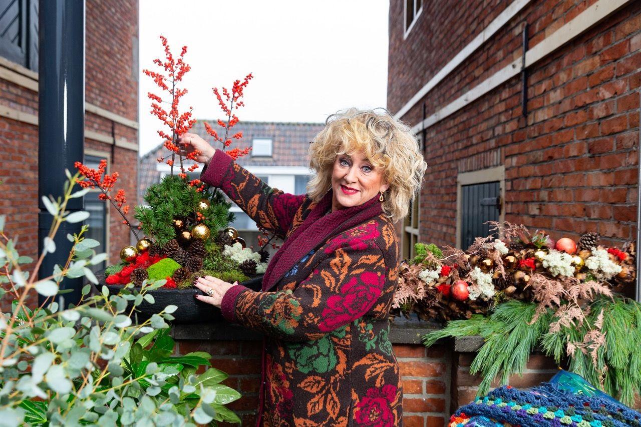Cabaretière Karin Bloemen helpt samen met Sjaak Willemstein mensen die fysiek of financieel niet in staat zijn zelf hun tuin of balkon te onderhouden.