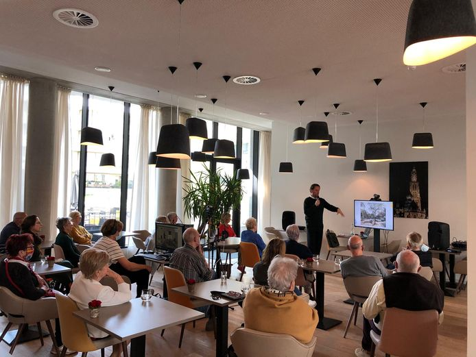 De bewoners van DOMITYS-serviceresidentie 'Emerald Haven' delen herinneringen over Antwerpen met stadsgids en auteur Tanguy Ottomer.