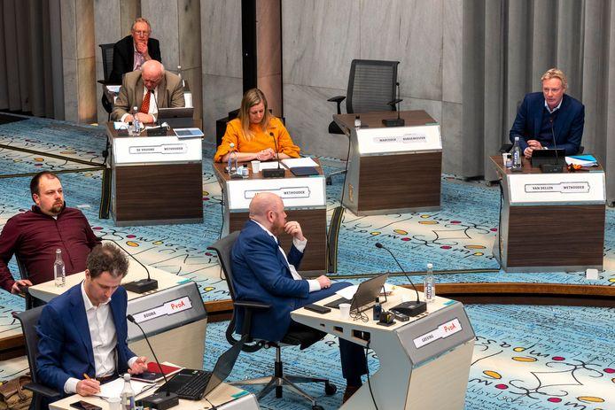De wethouders Jan van Dellen (VVD) en Martien Louwers (PvdA) liggen onder vuur vanwege een discriminatierapport. Linksboven met rode stropdas de enige  wethouder van D66: Hans de Vroome.