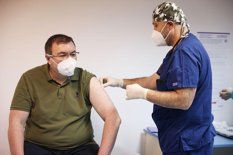 De Bulgaarse gezondheidsminister Kostadin Angelov krijgt het vaccin in Sofia, de hoofdstad van Bulgarije. Beeld REUTERS