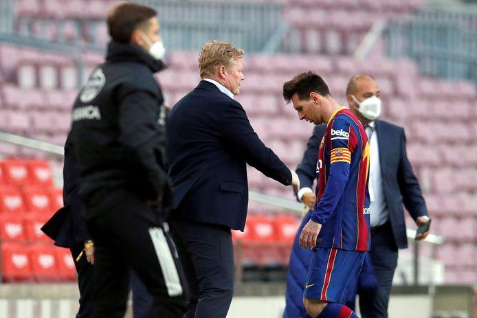 Een ontgoochelde Messi druipt af met Koeman aan zijn zijde.