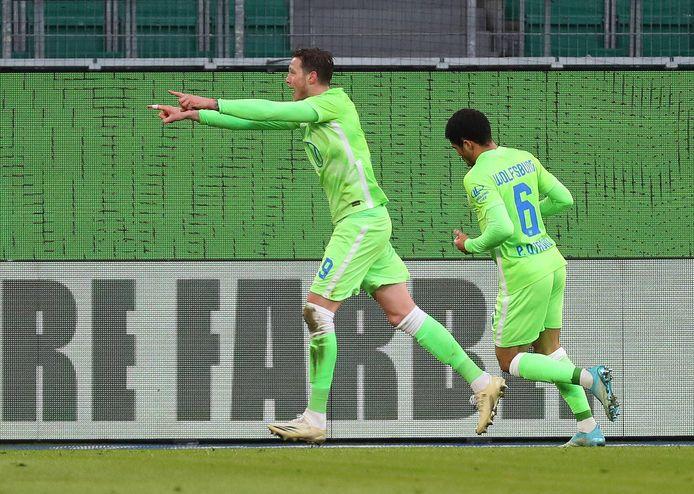 Wout Weghorst maakte met een knappe kopgoal het eerste doelpunt van Wolfsburg.