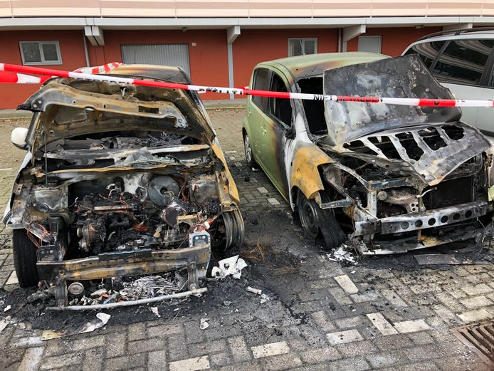 Twee auto's zijn in de nacht van vrijdag op zaterdag aan de voorkant volledig uitgebrand aan de Calandstraat in Breda.