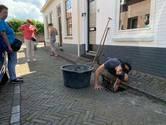 Bewoners halen met blote handen emmers vol stinkende modder uit verstopte straatputten in Vianen: 'De gemeente doet niets'