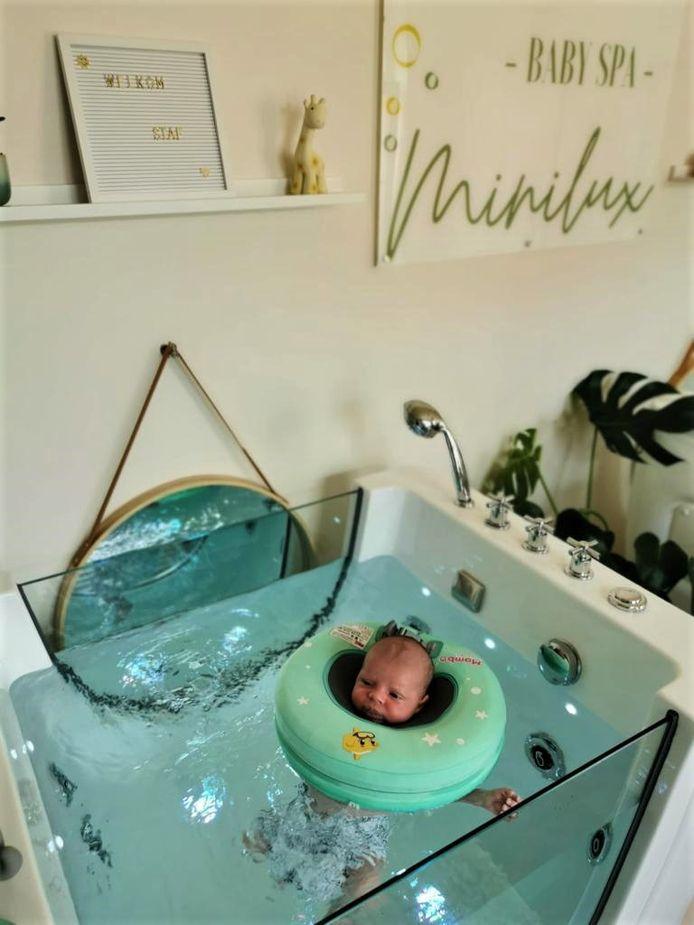 De baby's drijven op het water dankzij hun drijfring.
