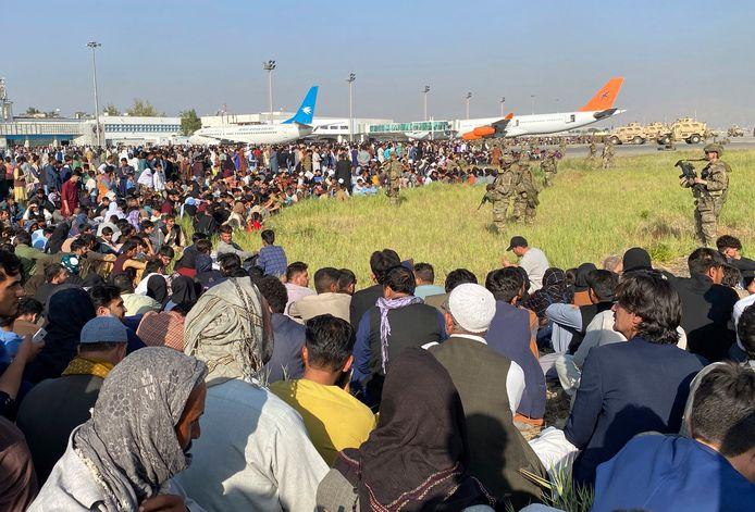 De luchthaven in Kaboel bereiken is een haast onmogelijke opgave geworden. Hier houden Amerikaanse militairen de wacht.