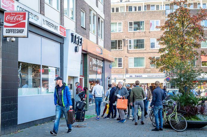 Ook vanmiddag stond er een lange rij klanten voor coffeeshop Trefpunt.
