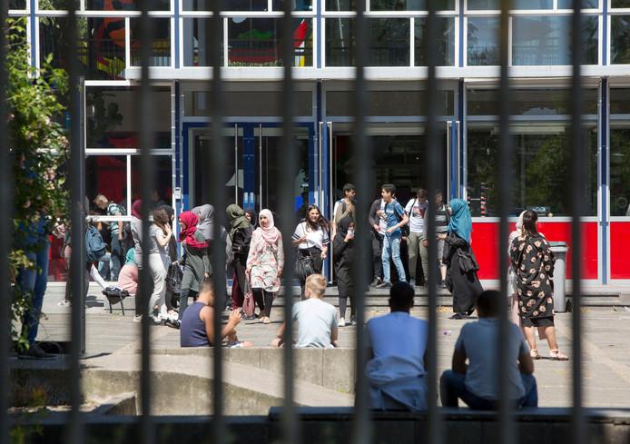 Archieffoto, gemaakt op het schoolplein van het Rijswijks Lyceum op de dag dat de examenfraude bekend werd gemaakt.
