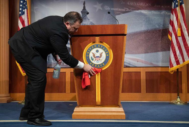 Het podium wordt schoongemaakt voor een persconferentie van de leider van de Republikeinen in de Senaat Mitch McConnell.   Beeld AFP