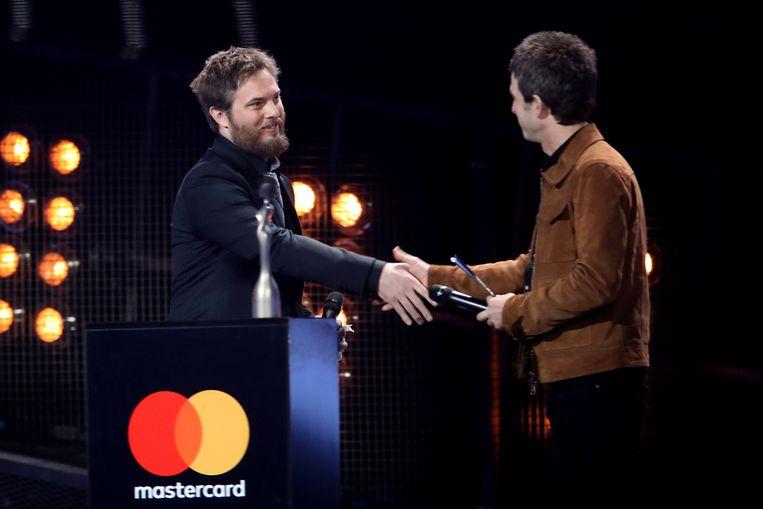 David Bowie's zoon Duncan Jones (links) neemt de award in naam van zijn vader in ontvangst. Beeld Mike Marsland/WireImage