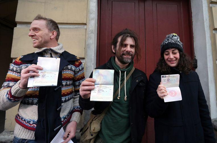 Mannes Ubels uit Nederland(L), Iain Rogers uit Groot-Brittannië en Gizem Akhan (R) uit Turkije in Sint Petersburg. Beeld epa