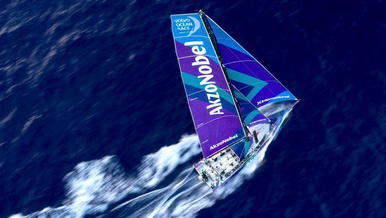 De AkzoNobel op volle snelheid. Van alle boten zijn in deze editie van de Volvo Ocean Race zulke beelden te zien dankzij de inzet van drones, die zelf een maximumsnelheid halen van 72 kilometer per uur. Beeld Sam Greenfield/Volvo Ocean Race