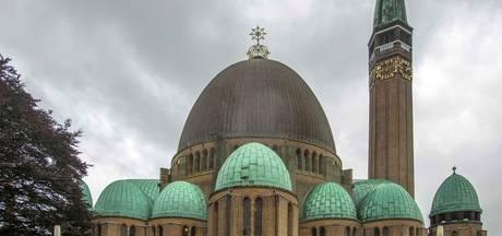 De 'muts' van de Waalwijkse kerktoren zal weer bruin kleuren