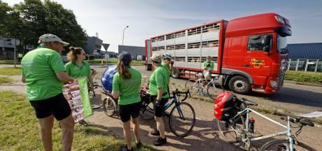 Actievoerders fietsen vanaf slachterij in Boxtel naar Den Haag: 'Omdat grootste vervuilers moeten betalen'