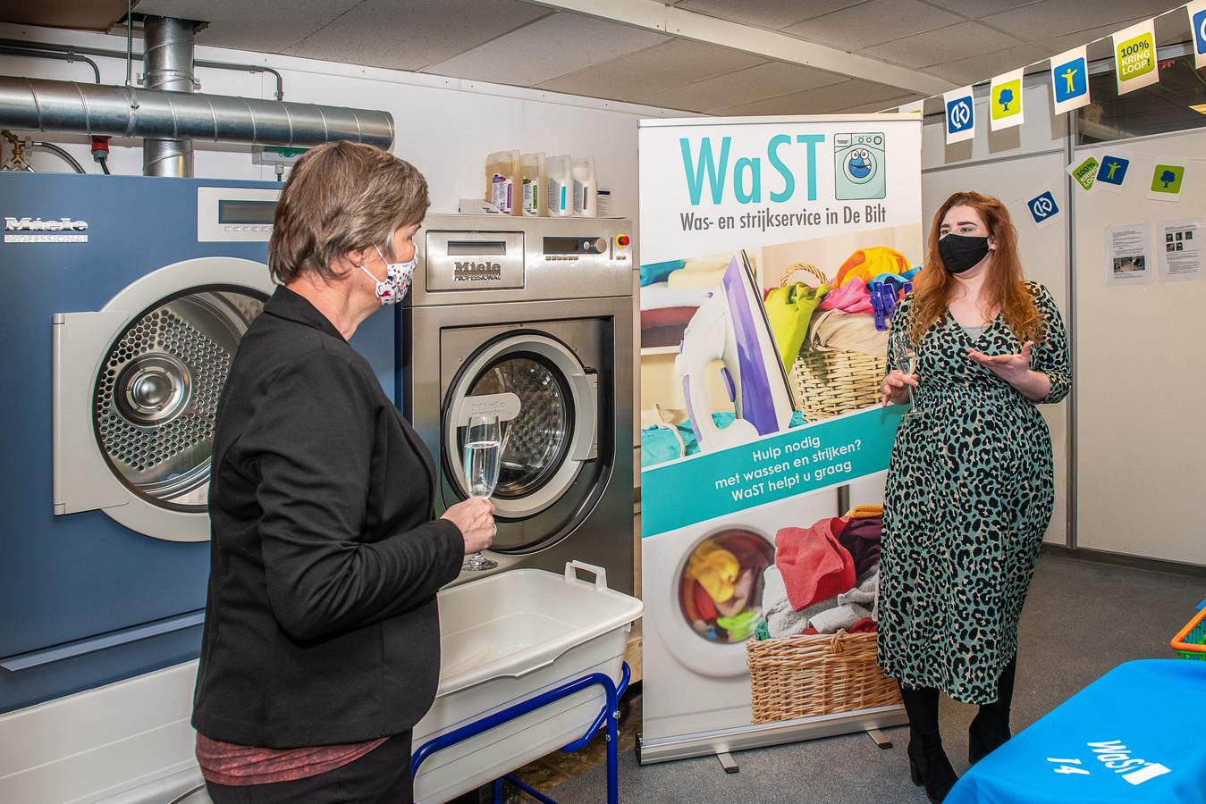 Wethouder Anne Brommersma in de wasserij van WaST.