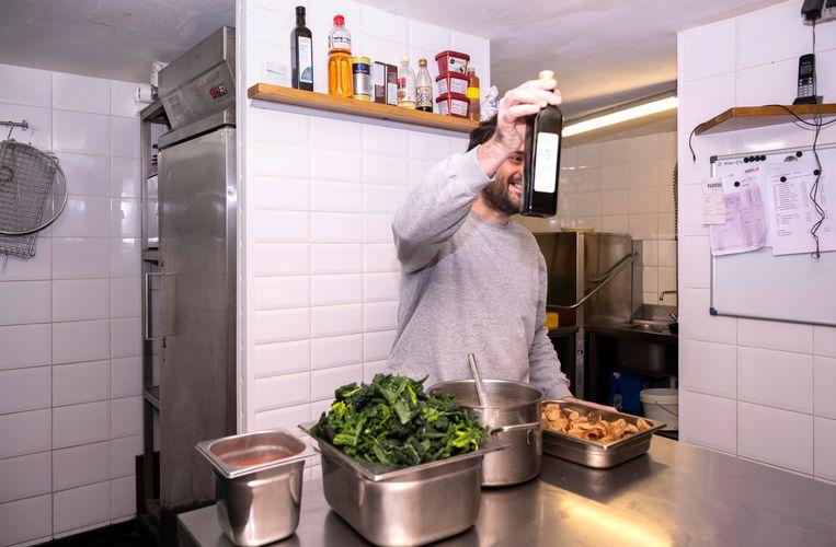 Ribollita maken met Milan Gataric, chef en eigenaar van Restaurant Lux. Beeld Els Zweerink