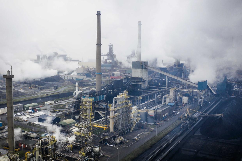 Een heffing van 50 cent per ton CO2 invoeren voor de hele industrie, schaadt de economie nauwelijks, blijkt uit een studie van De Nederlandsche Bank. Op de foto de hoogovens van staalproducent Tata Steel in IJmuiden.