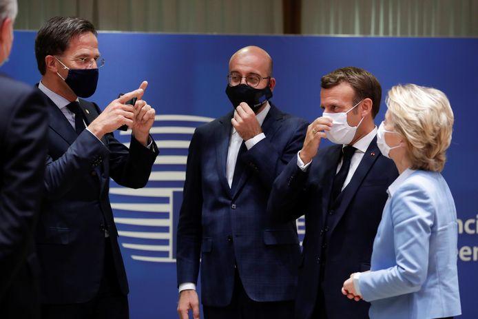 Nederlandse premier Mark Rutte, praat na met Europees Raadsvoorzitter Charles Michel, Franse president Emmanuel Macron en president van de Europese Commissie Ursula von der Leyen.