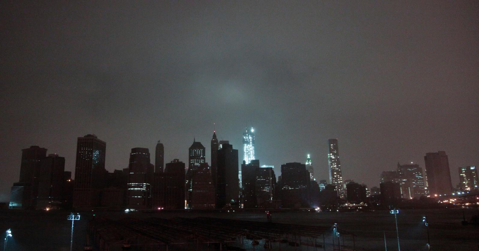 Een deel van Lower Manhattan (New York) is maandagavond in duisternis gehuld na de komst van superstorm Sandy.