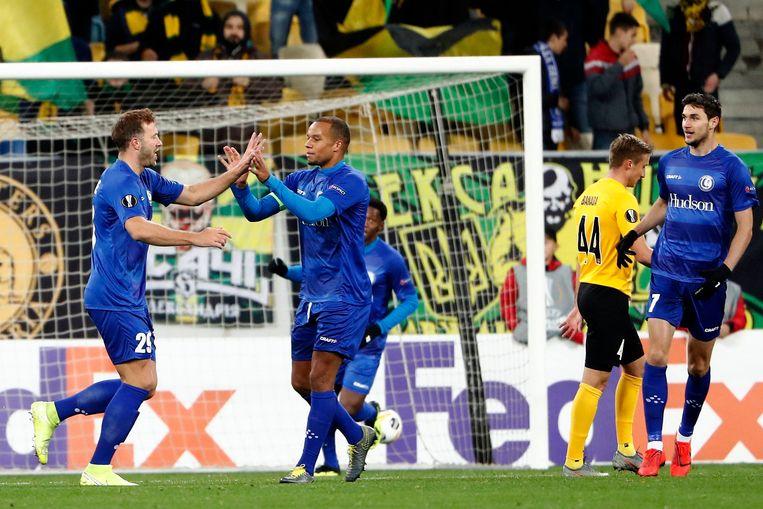 Laurent Depoitre van AA Gent viert zijn goal met Vadis Odjidja. Beeld Photo News