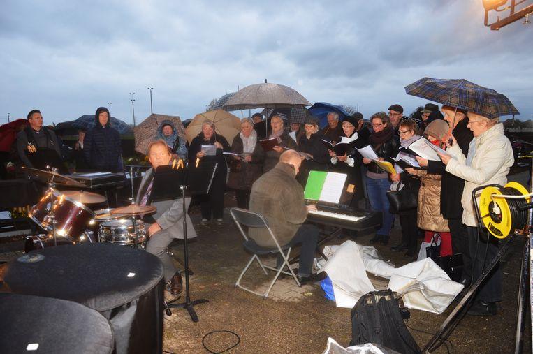 De koren Sint-Gertrudis en In Dulci Jubilo 2000 zongen verschillende liederen.