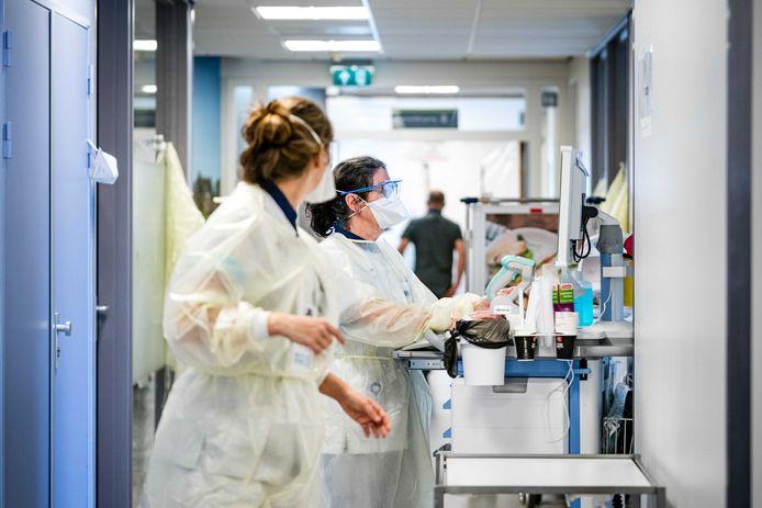Verpleegsters op de cohortafdeling van het Elisabeth TweeSteden Ziekenhuis (ETZ).