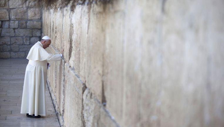 Paus Franciscus bidt bij de Klaagmuur. Beeld getty