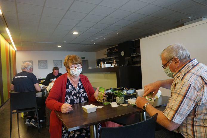 Vrijwilligers waren in Ipso Facto druk in de weer met het verpakken van bloemenzaadjes.