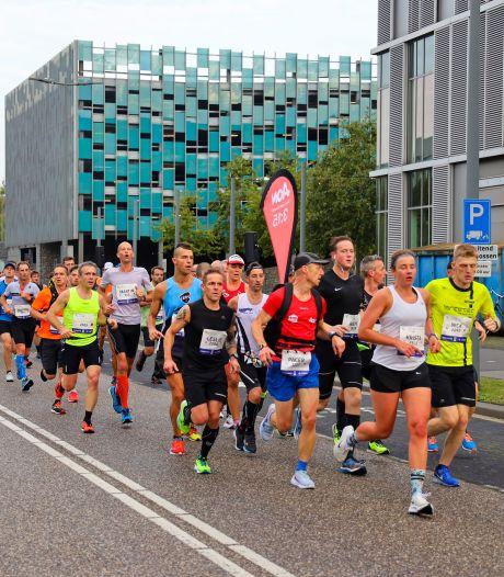 TERUGLEZEN   Tienduizenden mensen in Eindhoven voor marathon, Mutai en Chepleting winnen