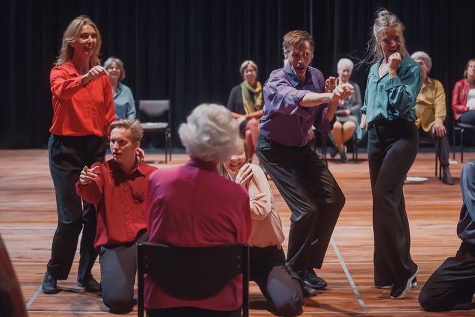 Het publiek wordt mee op reis genomen in de voorstelling 'Momentum', met als oudste deelneemster een 94-jarige.