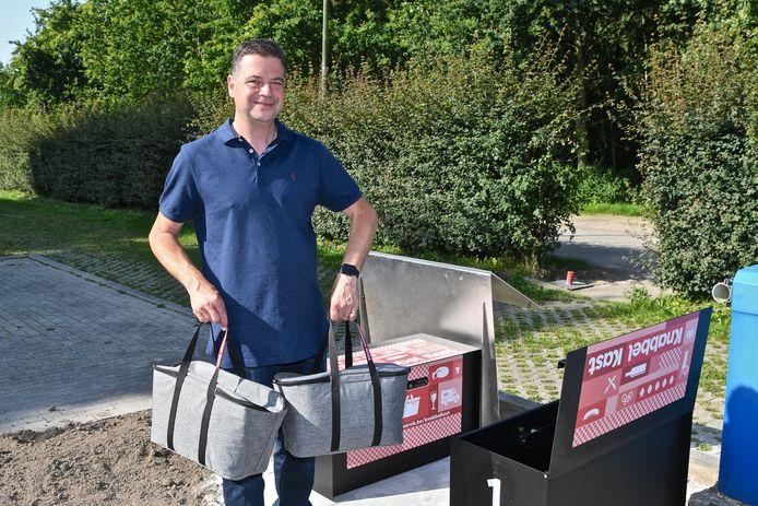 Sebastien Bonnier levert koeltassen aan de KnabbelKasten op De Balokken.