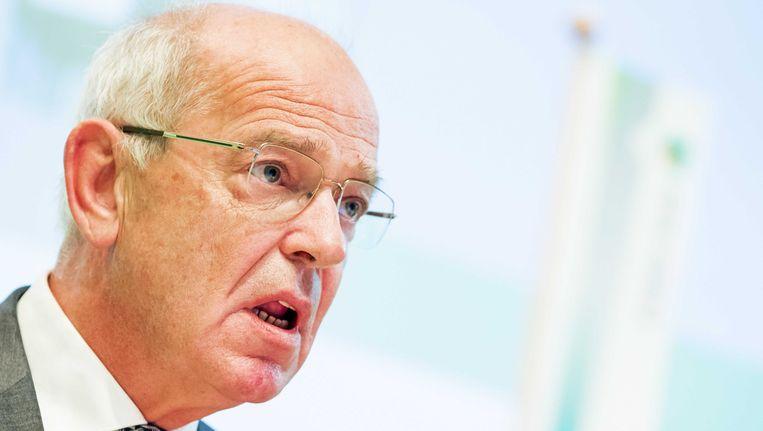 De voormalige minister Gerrit Zalm neemt de fakkel Tjeenk Willink over. Beeld ANP