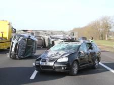 Vrachtwagen verliest lading auto's op A1 bij ongeluk, snelweg afgesloten