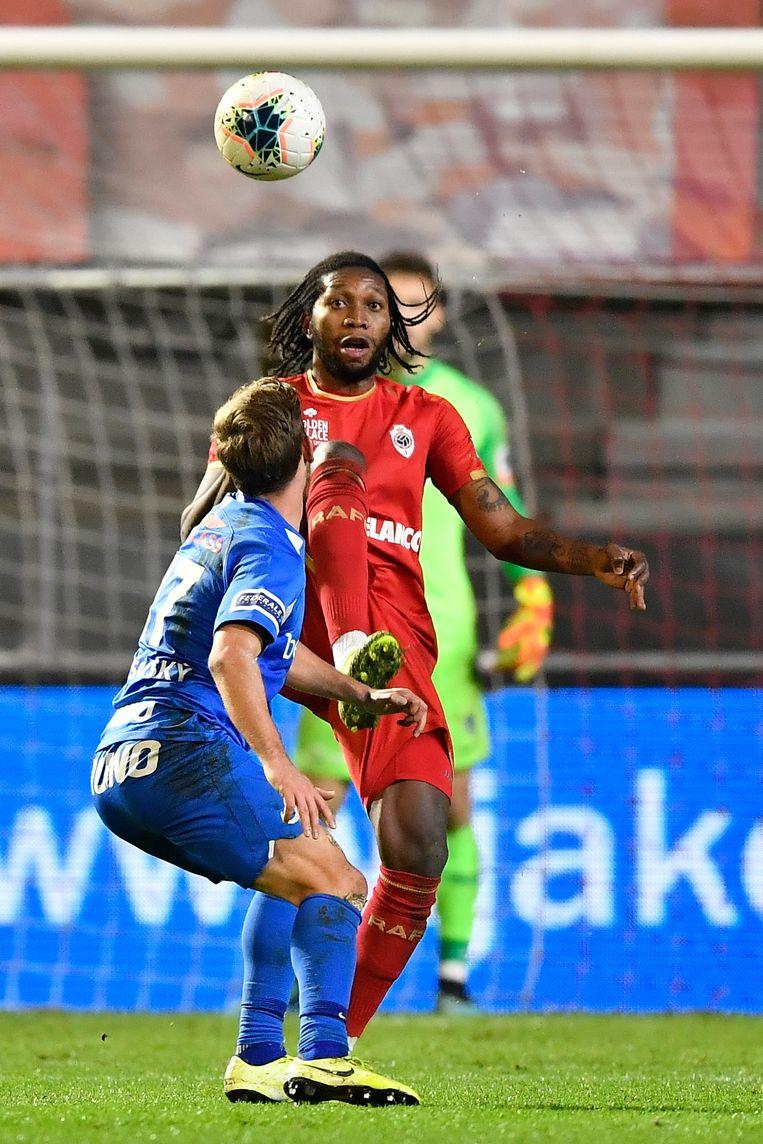 Dieumerci Mbokani (Antwerp) tijdens de match van vanavond tegen Genk. Antwerp staat op de vierde plaats in het klassement en speelt binnenkort de finale voor de Belgische beker. Beeld BELGA