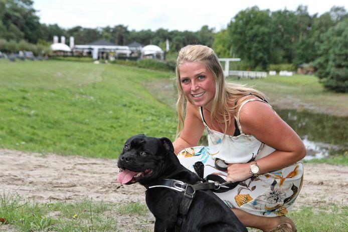 Naomi Pesman laat na een lunch bij De Berk haar hond uit. ,,Je zit hier mooier dan op de Grote Markt.''
