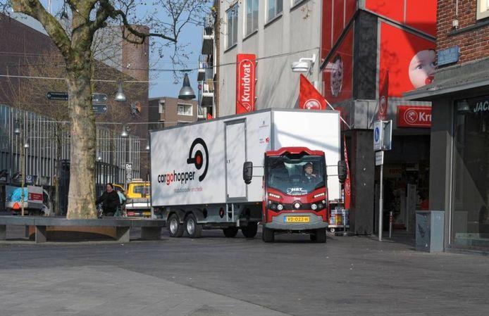 Een kleine truck met opleeger, waar zoonepalen zijn gemonteerd. Dat is de cargohopper