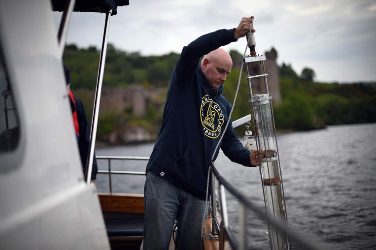 Professor Neil Gemmel tijdens het nemen van stalen in juni vorig jaar. Volgens Gemmell is het goed mogelijk dat het Monster van Loch Ness een gigantische paling is, aangezien een zeer aanzienlijke hoeveelheid paling-DNA werd teruggevonden.