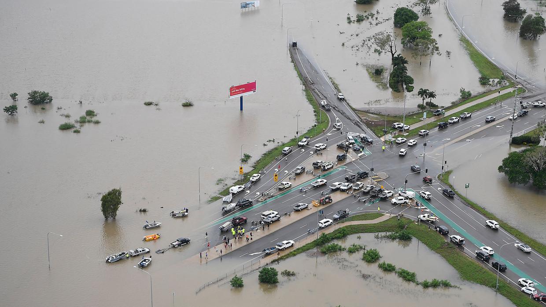 Townsville in Australië heeft last van zware overstromingen, zo zijn veel wegen en straten onbegaanbaar.