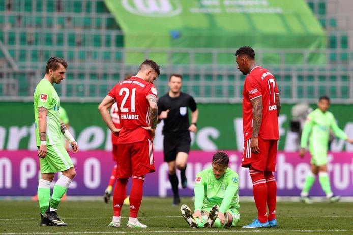 Wout Weghorst (midden) verliest met zijn ploeg VfL Wolfsburg van Bayern München.